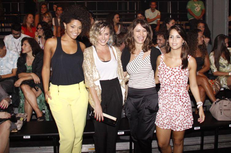 Da esquerda para a direita: as atrizes Juliana Alves, Nathália Rodrigues, Simone Soares e Pérola Faria posam sorridentes antes do desfile da Patachou no primeiro dia do Fashion Rio, no Pier Mauá, no Rio de Janeiro (11/1/2011)