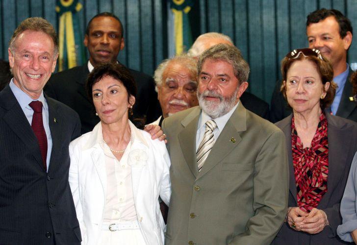 Fernanda Montenegro participa com outros artistas e esportistas, de reunião com o Presidente Lula para tratar da Lei de Incentivo ao Esporte. A proposta causou impasse entre artistas e desportistas sobre os benefícios fiscais ao esporte, que poderiam diminuir os incentivos à cultura (28/12/2006)