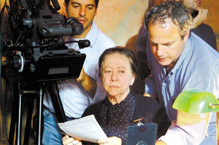 No papel de Leocádia Prestes, mãe de Luiz Carlos Prestes, Fernanda Montenegro recebe as instruções do diretor Jayme Monjardim na gravação do filme