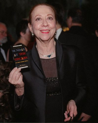Fernanda Montenegro mostra seu convite para a festa que sucedeu a entrega do prêmio Oscar 1999. A atriz foi indicada ao prêmio de melhor atriz por seu trabalho em