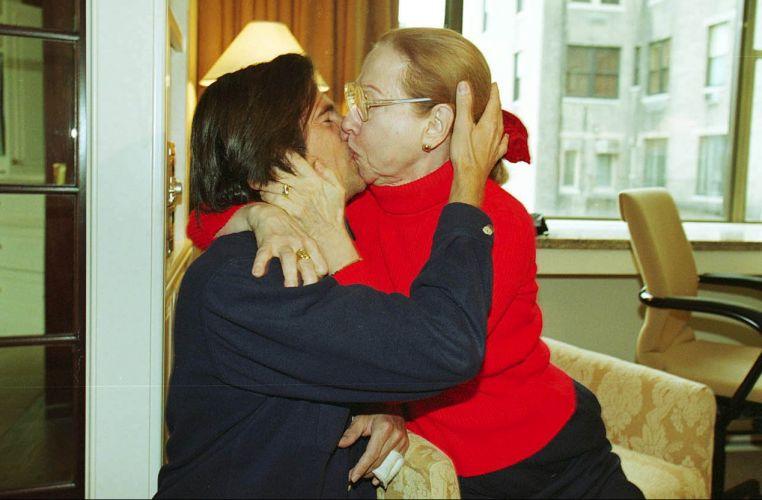 Fernanda Montenegro e o diretor Walter Salles Jr., se beijam após as indicações de