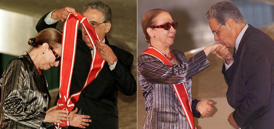 O presidente Fernando Henrique Cardoso condecora a atriz Fernanda Montenegro com a Grã-Cruz da Ordem Nacional do Mérito, por sua atuação no filme