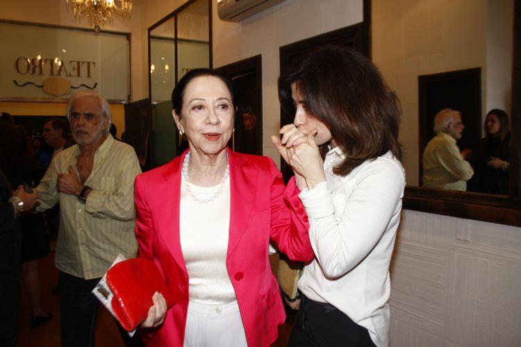 Fernanda Montenegro prestigia a filha, Fernanda Torres, que estreia como autora na peça