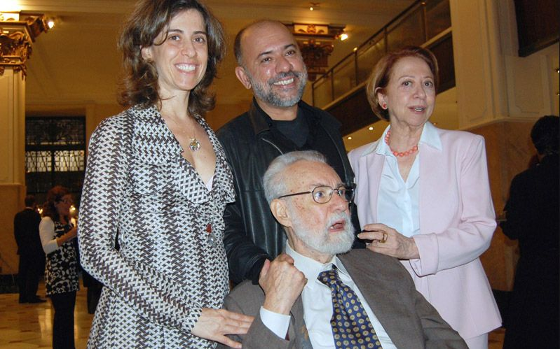 Em novembro de 2007, em exposição sobre carreira de Fernando Torres no CCBB do Rio, o ator e diretor posa com a mulher, Fernanda Montenegro (dir.), e os filhos, Fernanda Torres (esq.) e Claudio Torres (ao centro, em pé)