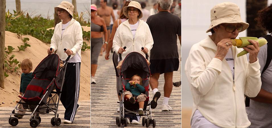 Fernanda Montenegro come um milho e passeia com o neto na orla de Ipanema(3/10/2009)