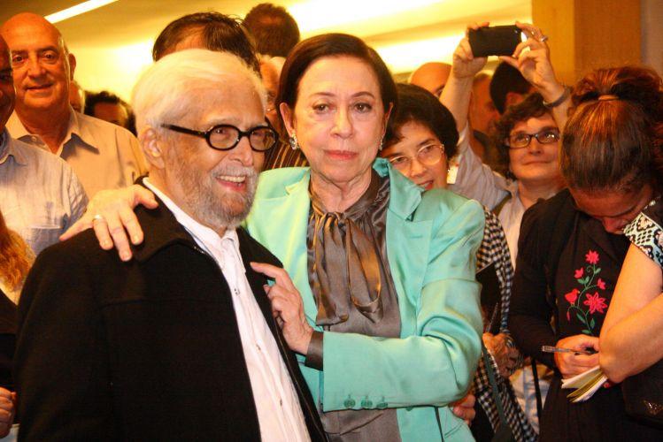 Sérgio Britto prestigia a amiga Fernanda Montenegro em apresentação do monólogo baseado nas correspondências entre Simone de Beauvoir e Jean-Paul Sartre,