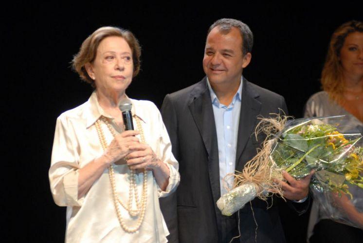 Fernanda Montenegro é homenageada pelo governador do Rio de Janeiro, Sérgio Cabral, durante o