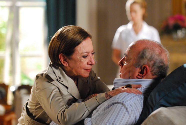 Os atores Fernanda Montenegro e Mauro Mendonça em cena da novela