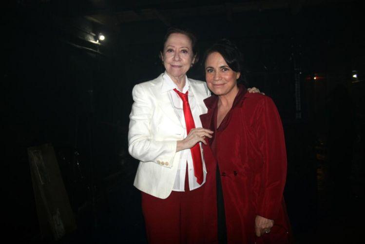 Fernanda Montenegro e Regina Duarte assistem à peça