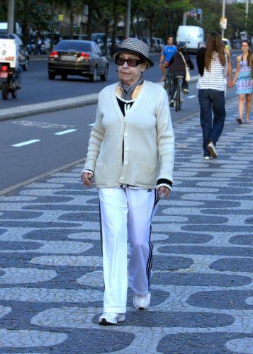 Fernanda Montenegro faz caminhada pela orla da zona sul do Rio (20/9/10)