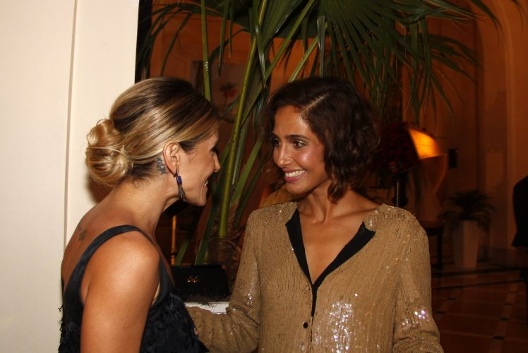 Deborah Secco e Camila Pitanga conversam no início da festa em comemoração ao lançamento da novela