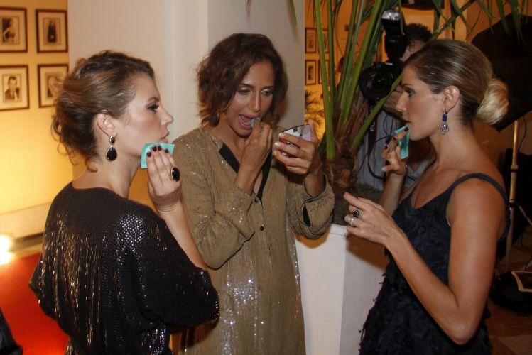 Paola Oliveira, Camila Pitanga e Deborah Secco se preparam para uma sessão de fotos durante a festa em comemoração ao lançamento da novela