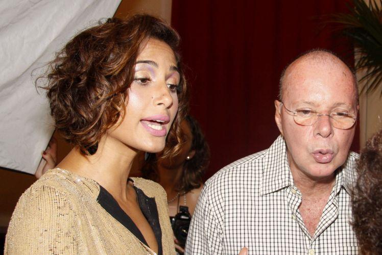 Camila Pitanga e o autor Gilberto Braga conversam no início da festa em comemoração ao lançamento da novela