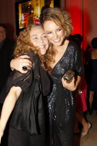 Isabela Garcia e Paola Oliveira se abraçam na festa em comemoração ao lançamento da novela