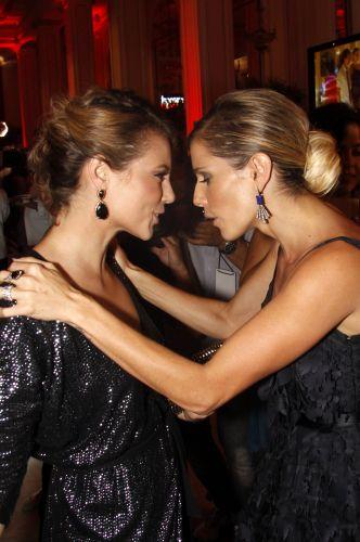 Paola Oliveira e Deborah Secco conversam durante a festa em comemoração ao lançamento da novela