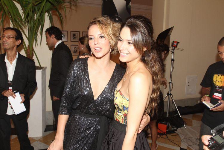 Paola Oliveira posa com Fernanda Machado durante a festa em comemoração ao lançamento da novela
