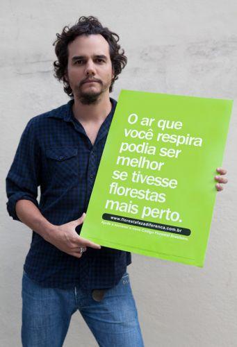 Wagner Moura posa com cartaz para a campanha #florestafazadiferença. Ela é promovida pelo Comitê Brasil em Defesa das Florestas e do Desenvolvimento Sustentável para sensibilizar cidadãos e senadores contra as mudanças no Código Florestal aprovadas pela Câmara