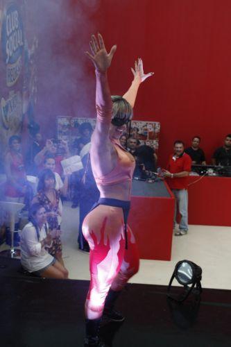 Juju Salimeni sobe no ringue para lutar contra Geisy Arruda (29/10/11)