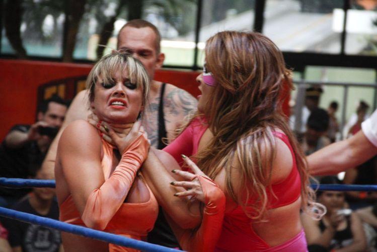 Juju sofre nas mãos de Geisy Arruda, em combate realizado em São Paulo, mas a ex-panicat vence a luta (20/10/2011)