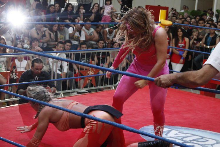 Cercadas por muitos curiosos, a ex-panicat Juju Salimeni e Geisy Arruda lutam em um shopping de São Paulo (29/10/2011)