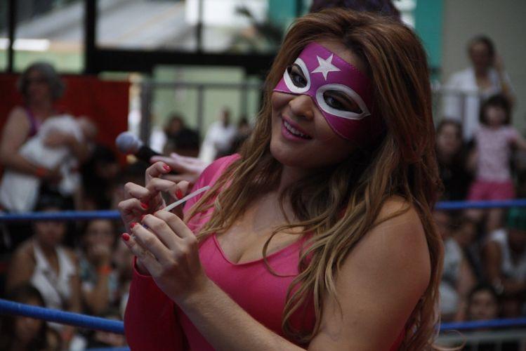 Geisy, que adotou o apelido de Salita Roza para a luta, lixa as unhas sobre o ringue montado em um shopping da capital paulista (29/10/2011)