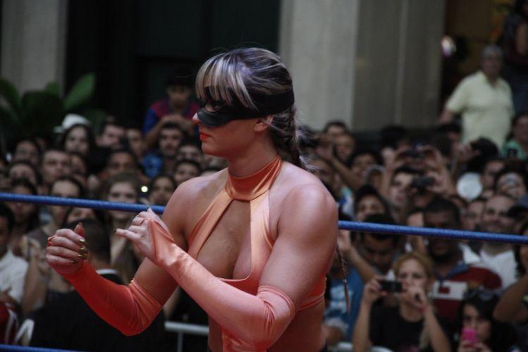 Juju Salimeni se concentra para a luta que foi acompanhada por multidão de curiosos em shopping de São Paulo (29/10/2011)