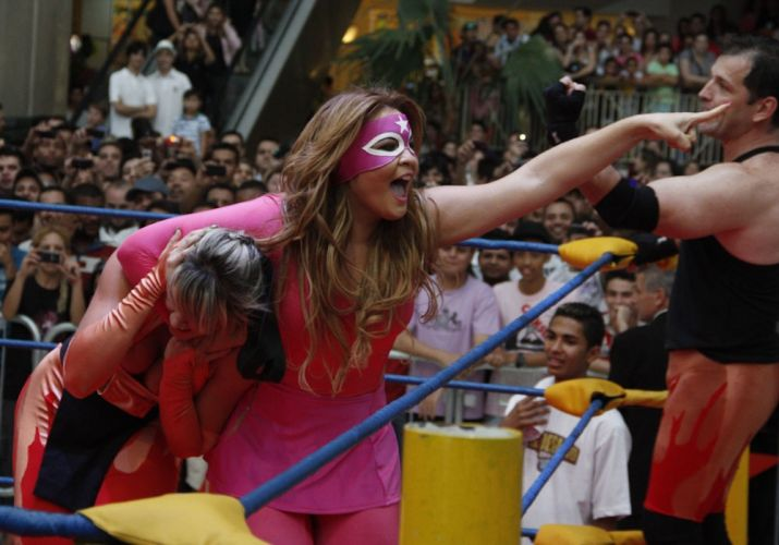 Apesar de ter recebido muitos golpes de Geisy Arruda (à dir.), Juju Salimeni (à esq.) venceu a luta realizada em shopping de São Paulo (29/10/2011)