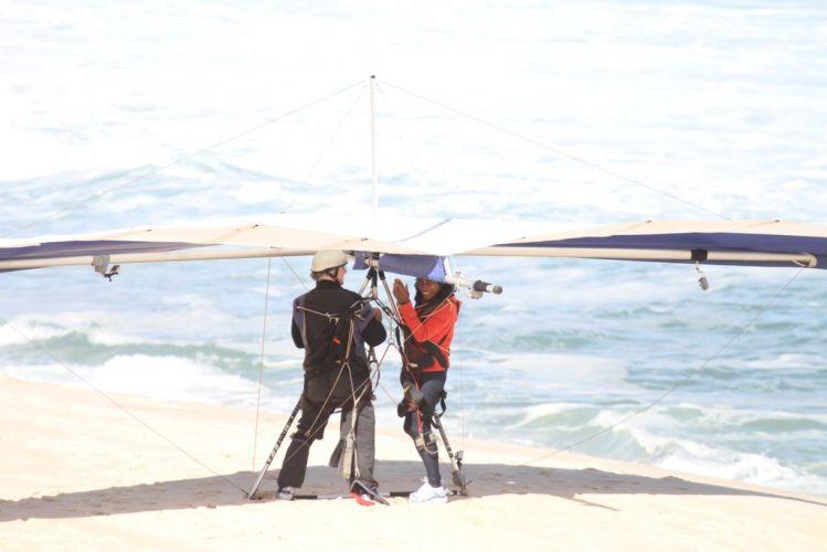 Gloria Maria salta de asa delta na praia do Pepino, em São Conrado, no Rio de Janeiro (3/9/11)