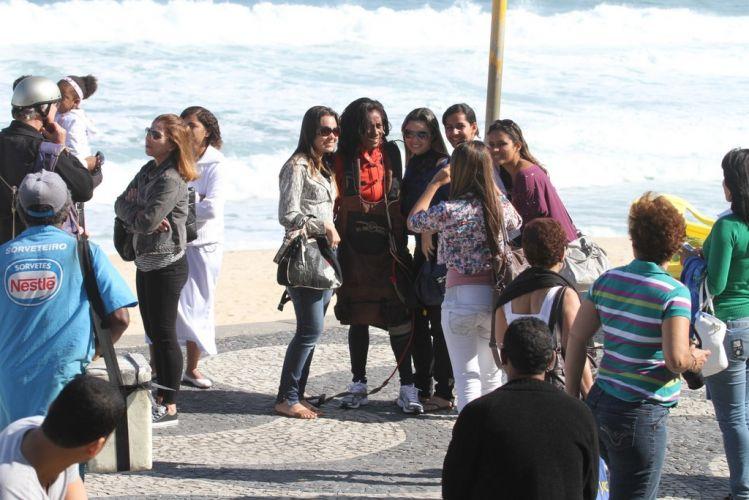 Após saltar de asa delta, Gloria Maria tira fotos com fãs em calçadão do Rio de Janeiro (3/9/11)