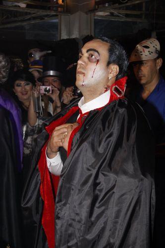 Fantasiado de drácula, Belo curte a festa de aniversário da mulher, Gracyanne Barbosa, em boate no Rio de Janeiro (20/9/11)