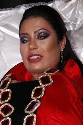 Dentro de um caixão e com lentes de contato verdes, Gracyanne Barbosa chega para sua festa de aniversário em uma boate no Rio de Janeiro (20/9/11)