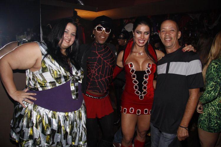 De vampira, Gracyanne Barbosa aproveita sua festa de aniversário em uma boate no Rio de Janeiro, ao lado do Mc Serginho (dir.) (20/9/11)
