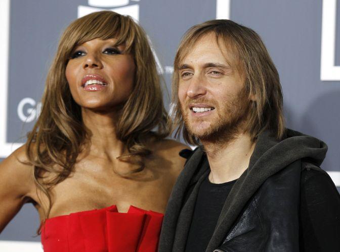O produtor e DJ David Guetta e sua mulher Cathy posam juntos na chegada ao Grammy 2011, em Los Angeles (13/2/2011)