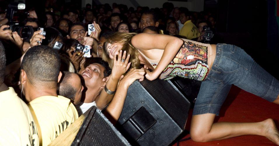 Grazi Massafera tira foto com fãs no ensaio da Grande Rio no Monte Líbano (21/1/2008)