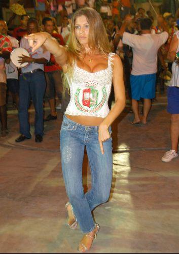 A atriz Grazi Massafera durante ensaio para o carnaval na escola de samba Grande Rio, em Duque de Caxias, na Baixada Fluminense (13/2/2007)