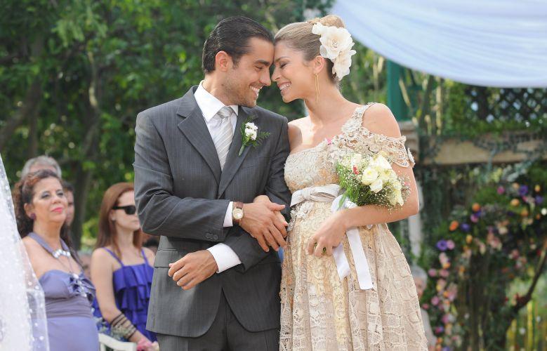 Lívia (Grazi Massafera) e João (Ricardo Pereira) se casam em