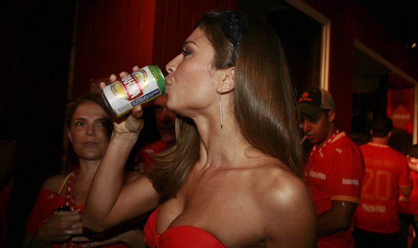 Grazi Massafera bebe cerveja no camarote da Brahma na Sapucai (14/2/2010)
