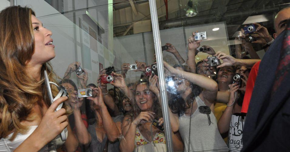 Grazi Massafera é fotografada por fãs no Oscar Fashion Days 2010, em São José dos Campos (23/9/2010)