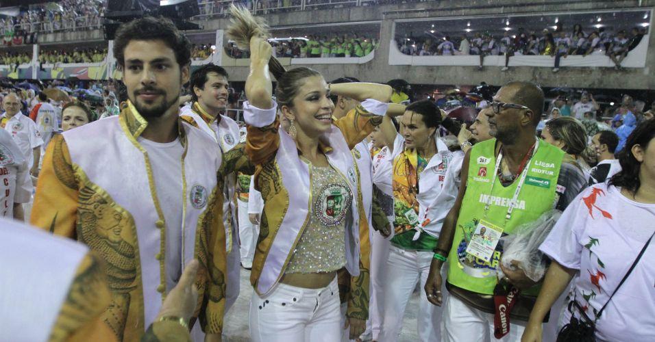 Grazi Massafera e Caua Reimond desfilam pela escola de samba Grande Rio na Marquês de Sapucaí, no Rio de Janeiro (7/3/2011)