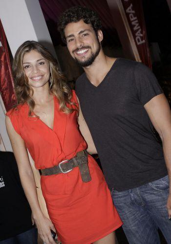 Grazi Massafera e Cauã Reymond assistem junto com o elenco ao primeiro capítulo da novela