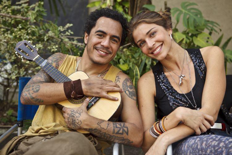 Marcelo D2 e Grazi Massafera posam juntos durante gravação do episódio