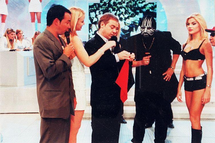 O apresentador Gugu Liberato tenta fazer uma mágica para o mágico Mister M, durante o programa