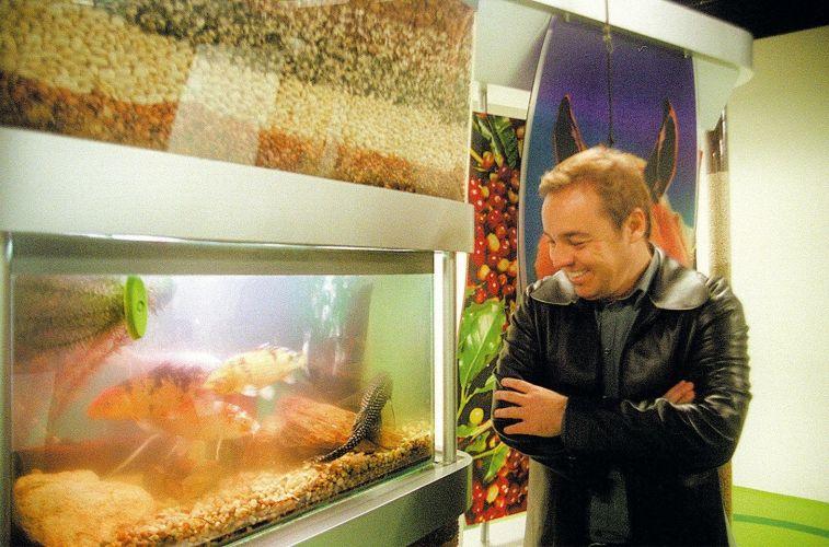 O apresentador Gugu Liberato, no equipado estúdio de sua produtora GGP, em Alphaville (8/11/04)