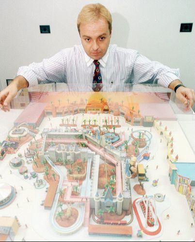 Gugu Liberato mostra a maquete de seu parque, meses antes da inauguração (17/11/96)