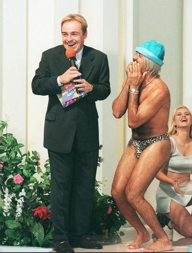 O apresentador Gugu Liberato e o cantor Tiririca durante prova da banheira no programa