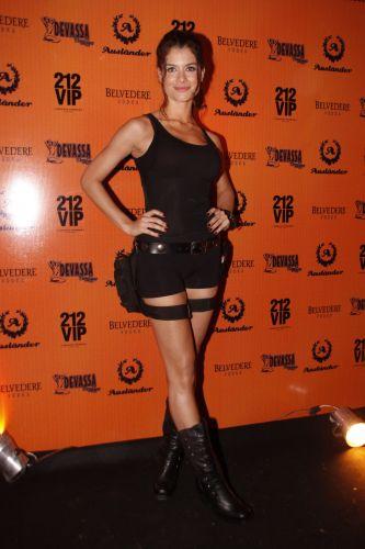 A atriz Alinne Moraes se fantasia de Lara Croft, em festa de Halloween, no Rio (28/11/10)