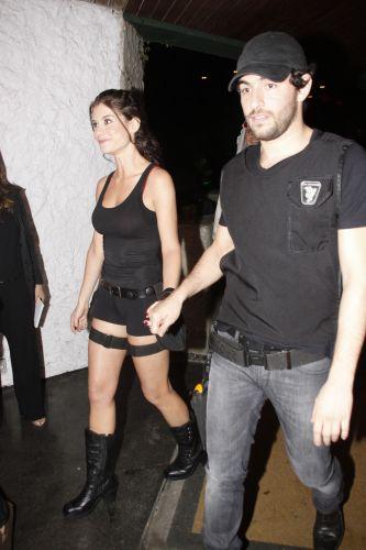 A atriz Alinne Moraes, fantasiada de Lara Croft, chega à festa de Halloween, no Rio, acompanhada pelo namorado Felipe Simão, que vestiu farda do Bope (28/11/10)