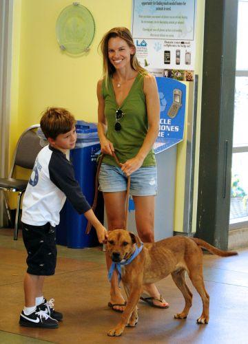 A atriz Hilary Swank e o enteado, Sam, de 8 anos, foram até um abrigo de animais para adotarem um cão de estimação, em Los Angeles (4/9/11)