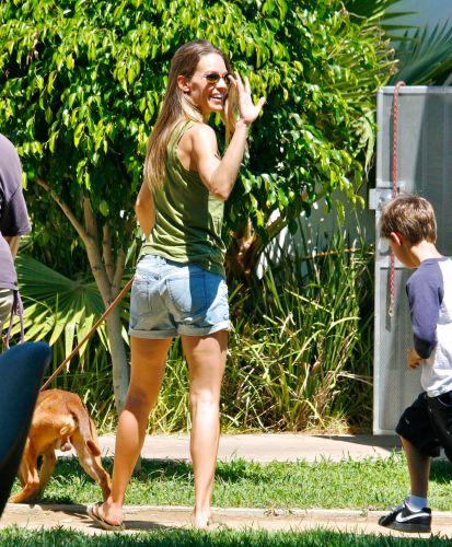 A atriz Hilary Swank e o enteado, Sam, de 8 anos, foram até um abrigo de animais um cão de estimação, em Los Angeles. A atriz sorriu para os fotógrafos e acenou (4/9/11)