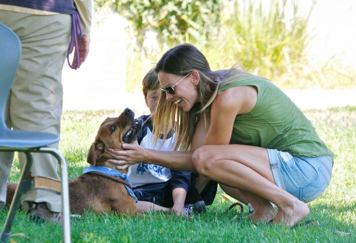A atriz Hilary Swank estava bem mais empolgada com o cachorro, do que seu enteado, Sam, de 8 anos. Eles foram até um abrigo de animais para adotarem um cão de estimação, em Los Angeles (4/9/11)